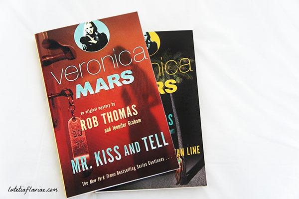 Les livres The Thousand Dollar Tan Line et Mr Kiss & Tell sont la suite de la série et du film Veronica Mars. Découvrez leur intrigue sans spoiler sur lutetiaflaviae.com !