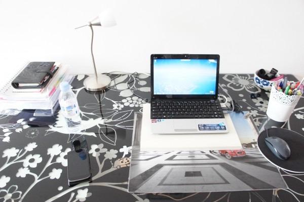 """J'organise mon bureau en utilisant deux astuces : la corbeille à courrier grâce à la méthode GTD et le principe """"le moins le mieux"""". Je détourne également des objets pour la déco. Découvrez mes autres astuces sur lutetiaflaviae.com"""