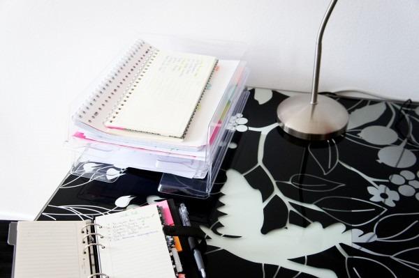 Mon bureau rangé avec une double corbeille à courrier pour collecter les idées et les choses à faire durant la journée d'après la méthode GTD. A découvrir sur lutetiaflaviae.com