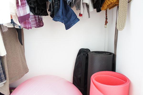 Une de mes astuces de rangement préférée est de cacher autant que possible : ranger les choses à l'intérieur d'armoires, de tiroirs ou de boites au lieu de les poser dans un coin ou de les disposer sur une table. Découvrez mes autres astuces sur lutetiaflaviae.com !
