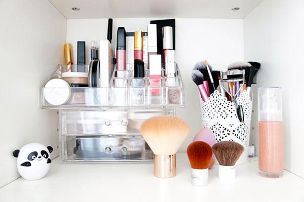 Mon astuce rangement maquillage : les rangements en acrylique ! Ils permettent de voir rapidement ce que je veux le matin au lieu de passer du temps à rechercher le rouge à lèvres ou le khôl dont j'ai envie. Découvrez mes autres astuces sur lutetiaflaviae.com