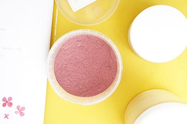 Deux poudres ayurvédiques : à l'orange et à la rose et une poudre de plante : le tépezcohuite sont des ingrédients magiques pour un soin beauté naturel, efficace et personnalisable. Découvrez mes 3 recettes maison de masque pour le visage sur lutetiaflaviae.com