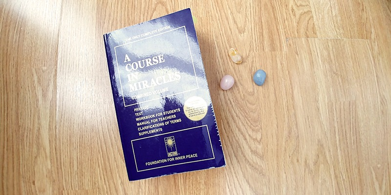 A Course in Miracles ou Un cours en miracles est la bible du développement personnel. Découvrez mon avis sur ce livre sur lutetiaflaviae.com