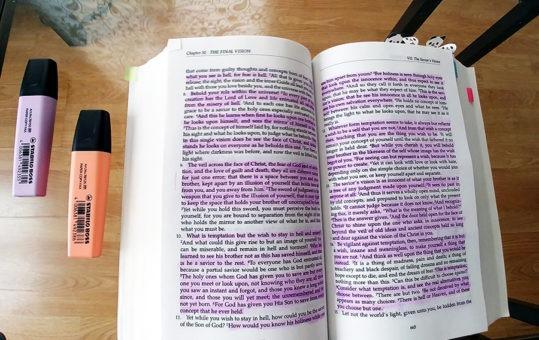 Mes notes du livre Un cours en miracles après l'avoir étudié pendant un an et demi. Lisez mon résumé et obtenez une sélection des meilleures citations inspirantes à télécharger gratuitement sur lutetiaflaviae.com
