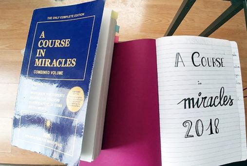 Comment lire Un cours en miracles, la traduction d'A Course in Miracles en effectuant les exercices de chaque leçon sur lutetiaflaviae.com