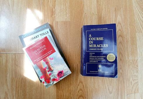 Un cours en miracles a inspiré les meilleurs livres de développement personnel comme Le pouvoir du moment présent de Eckhart Tolle ou Un retour à l'amour de Marianne Williamson. Découvrez mon avis critique sur lutetiaflaviae.com
